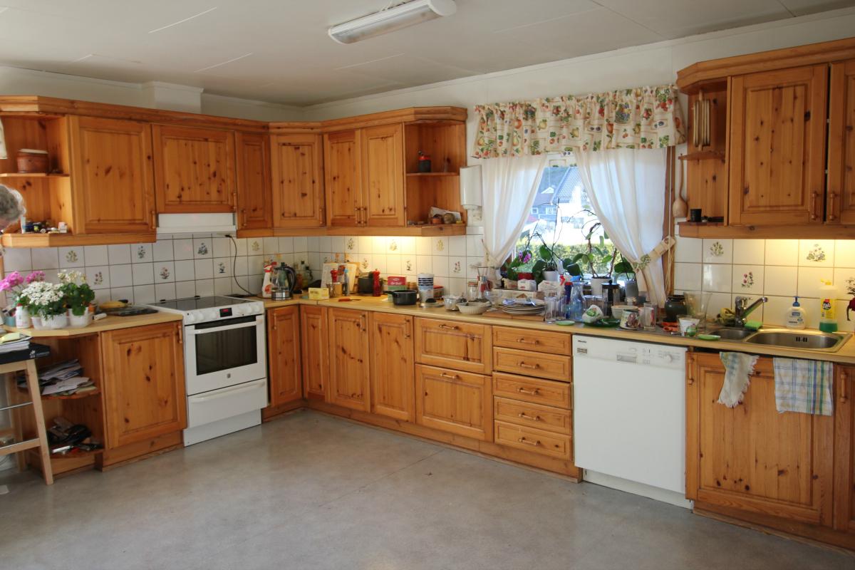 Gjenbruk av gammelt kjøkken før maling