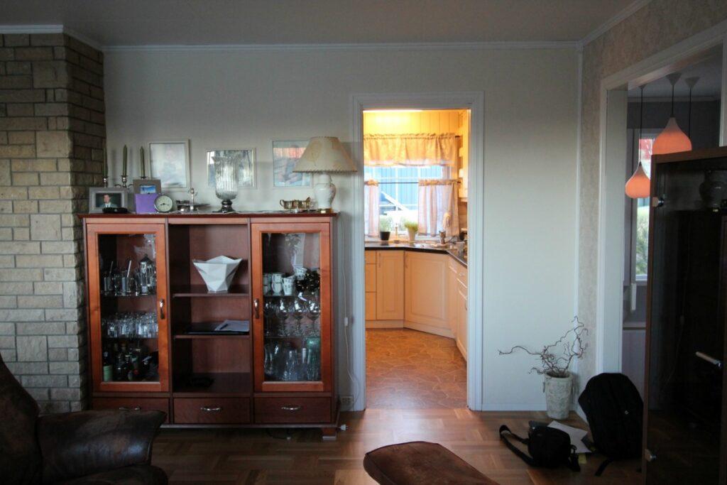 kjøkkenet sett fra stuen før vegg ble revet