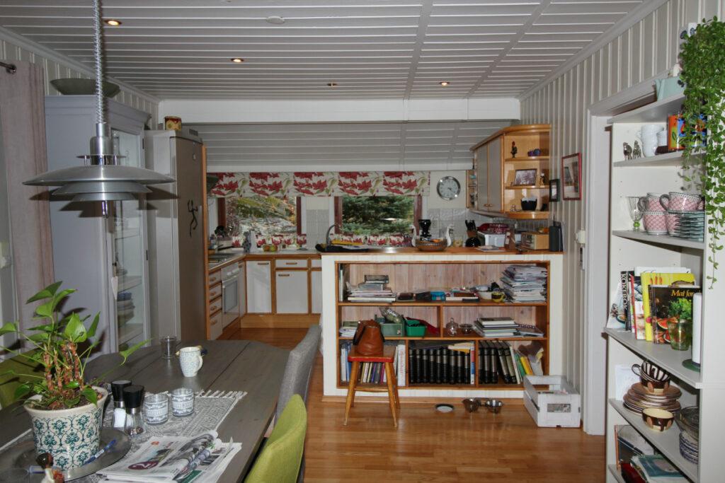 Kjøkkenet før oppussing sett fra spisestue