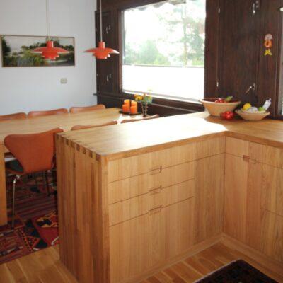Lekkert plassbygget kjøkken