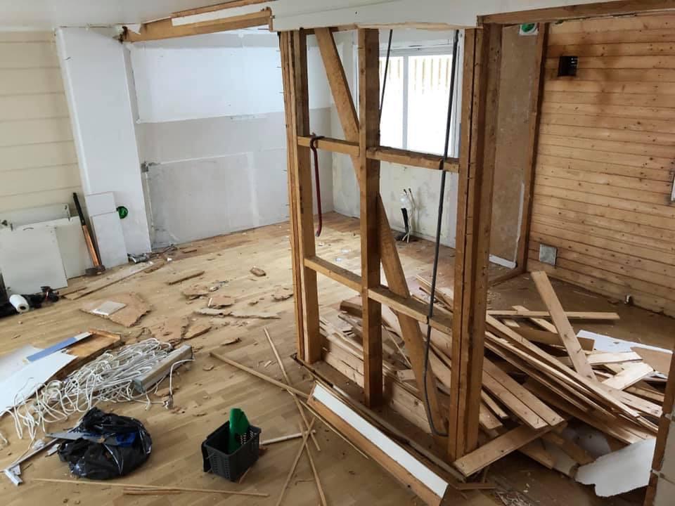veggen mot kjøkken blir revet og gir stort kjøkken