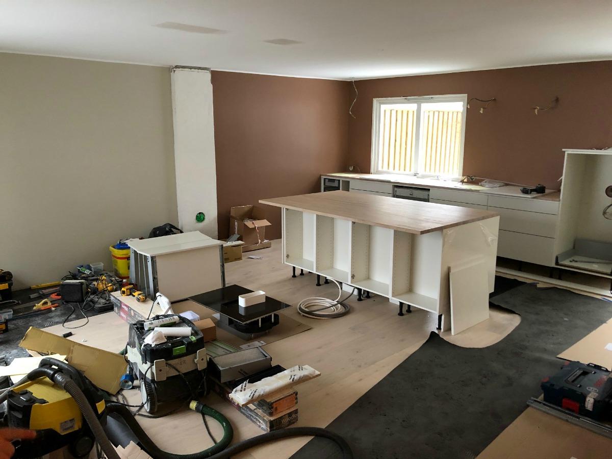 Kjøkkenet monteres under oppussingen