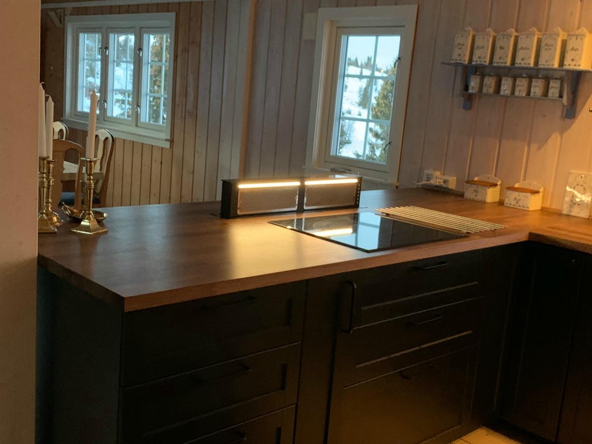 Benkeventilator og praktisk øy på hyttekjøkken
