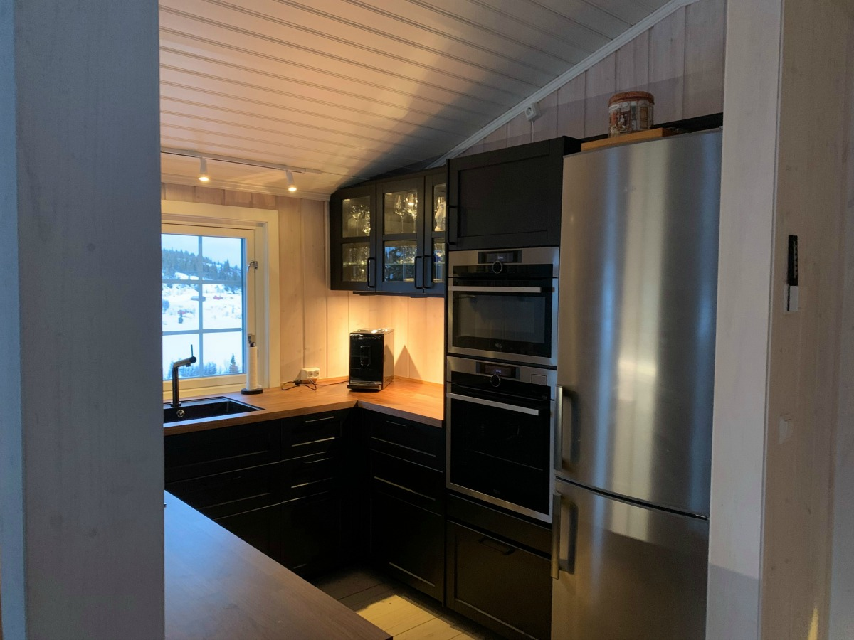 Nytt og praktisk sort kjøkken på hytta