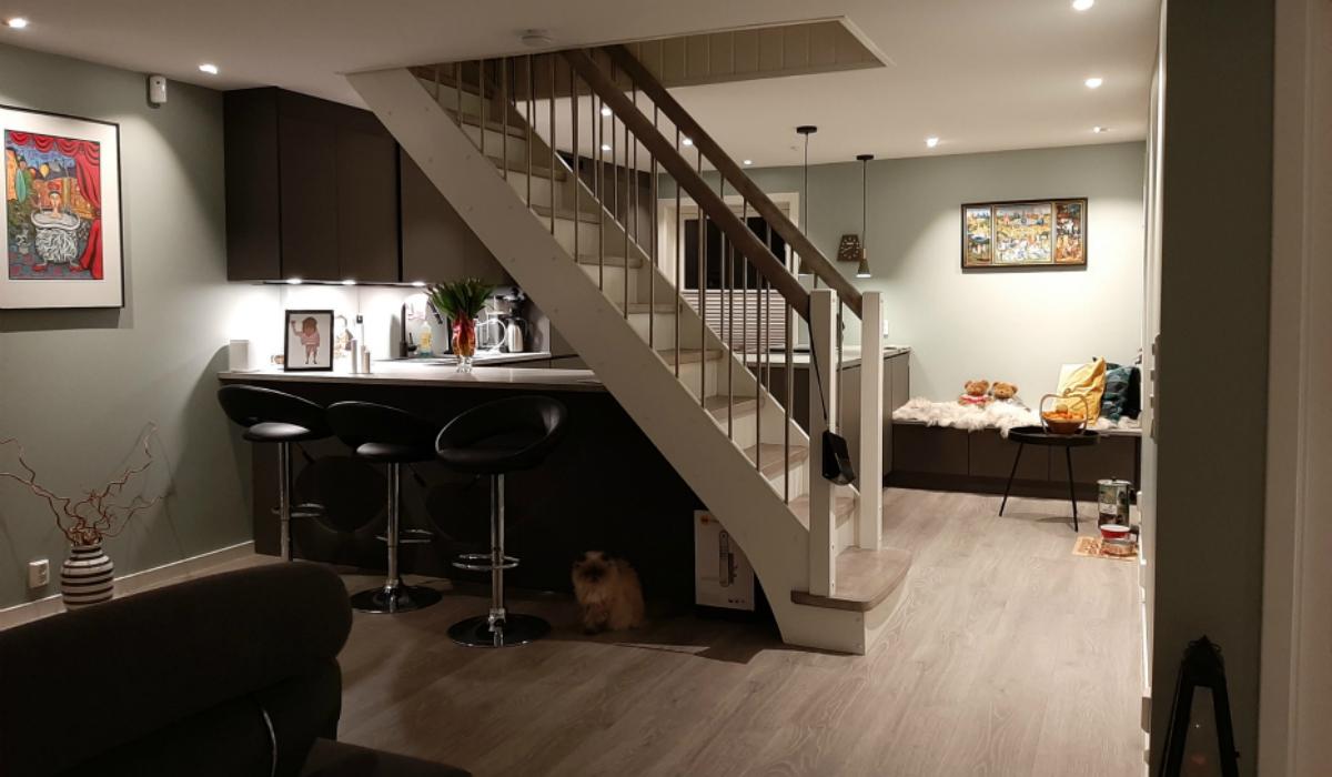 Kjøkken med kjøkkenbenk under trappa