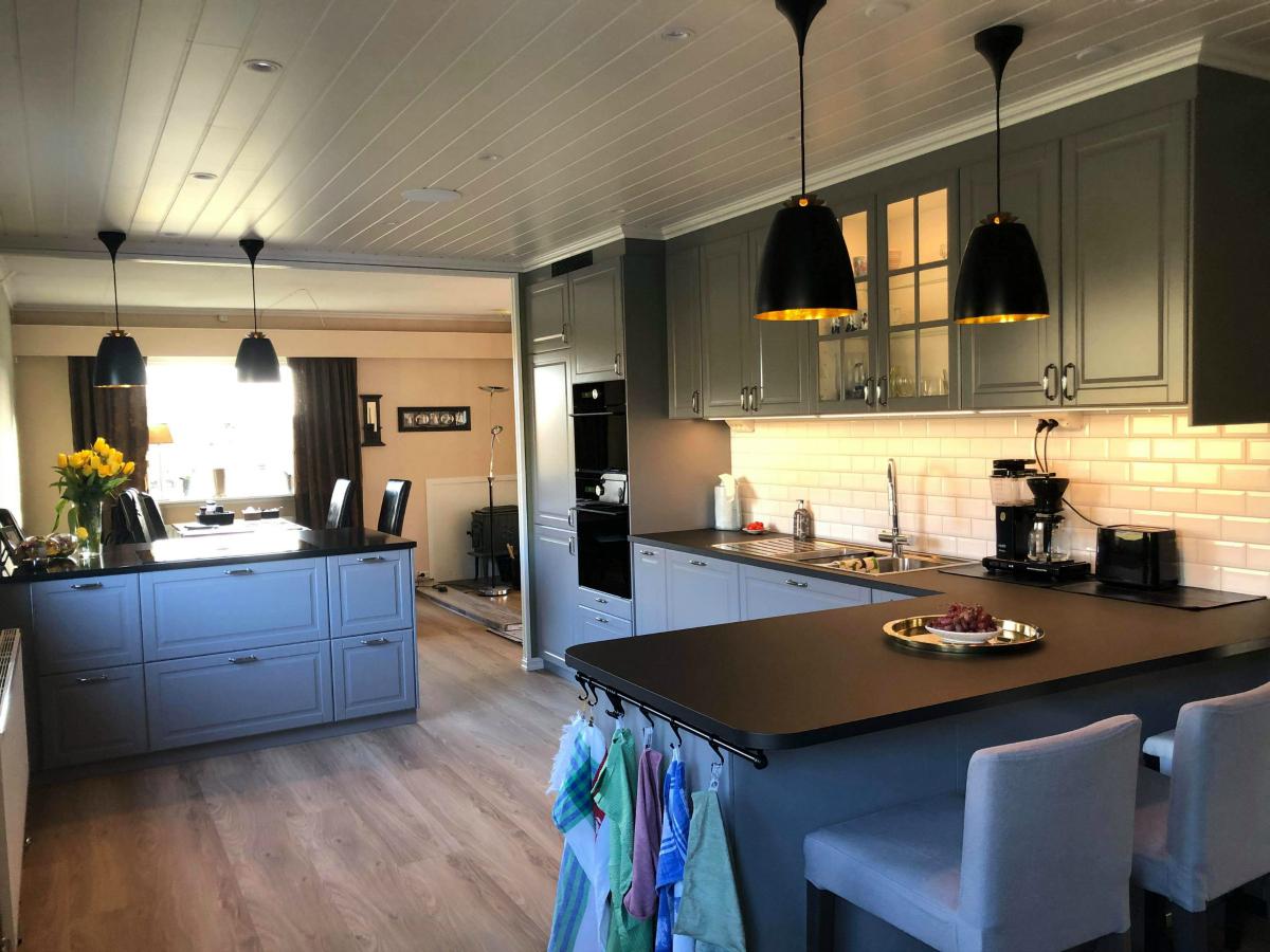 Kjøkkenøy med barkrakker