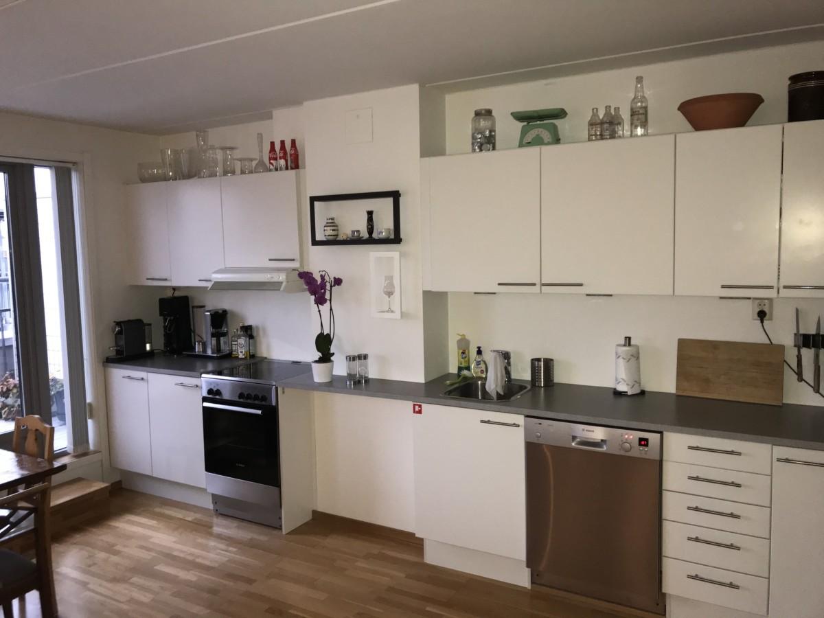 Kjøkkenet langs hele veggen før oppussing