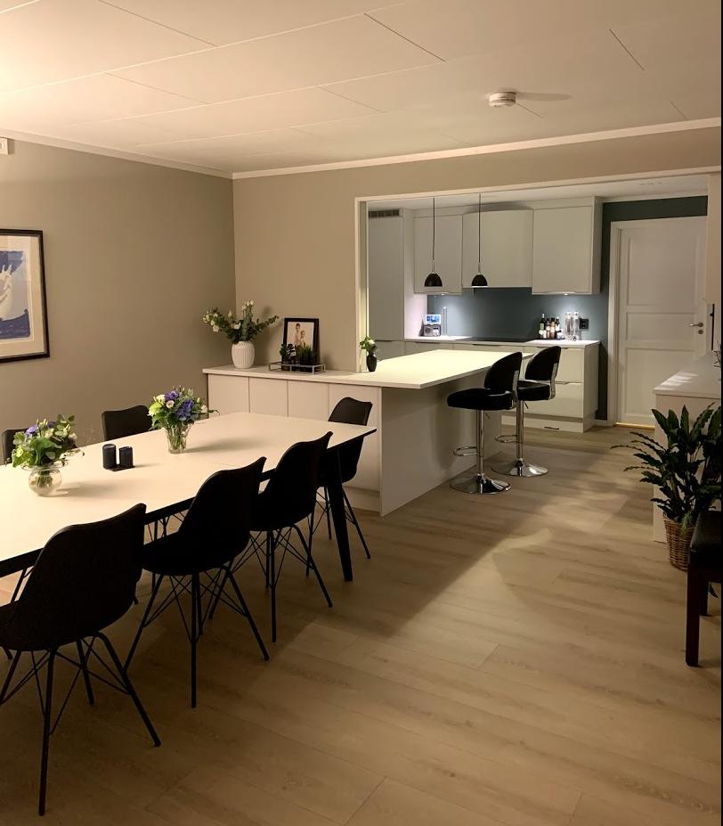Kjøkkenet uten bue og vegg mot stua