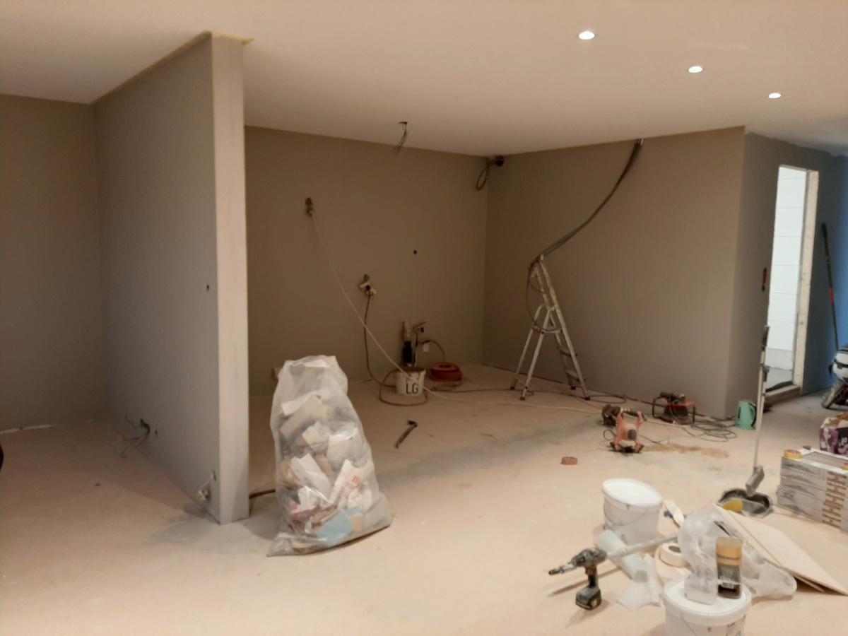 Under oppussing, veggen er nå revet