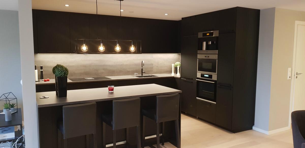 Ferdis sort kjøkkenet slått sammen med stua