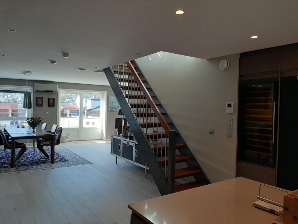 Kjøkkenet med trapp opp til takterassen