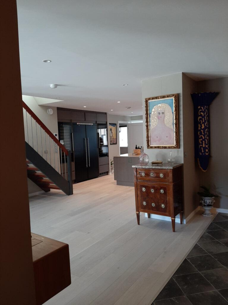 Kjøkkenet er det første man ser når kommer inn i leiligheten